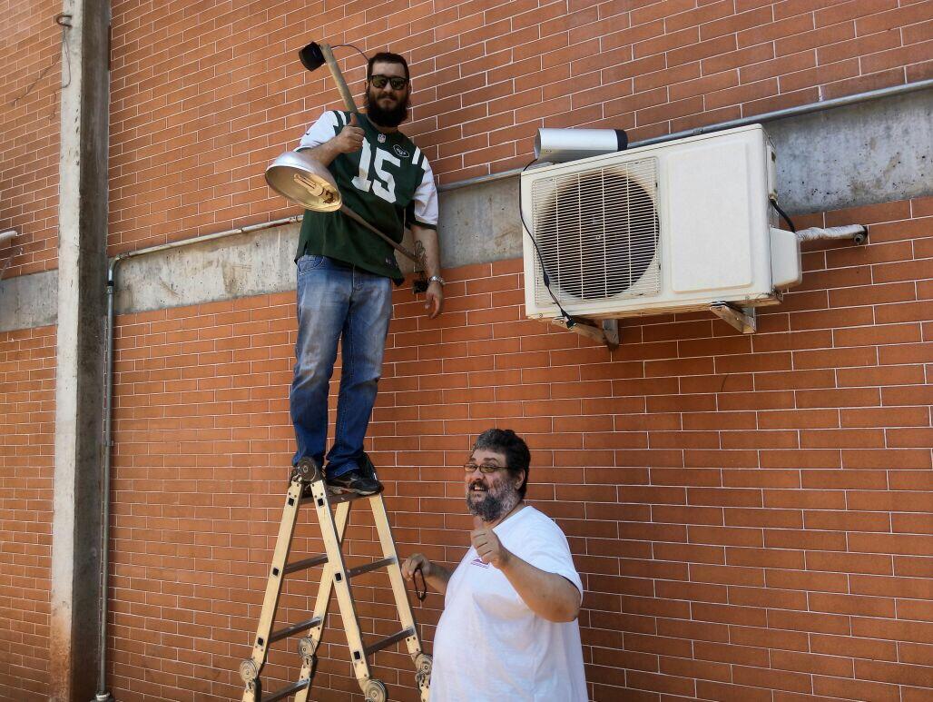 Associados Giovanni e Hamilton iniciando a instalação do suporte para fixação da câmera
