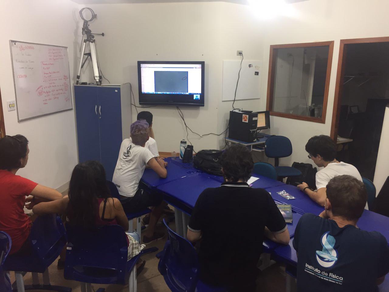 Estudantes durante vídeo conferência para uso e manutenção da estação de monitoramento de meteoros da casa da ciência.